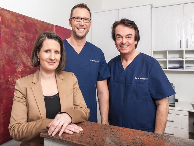 Dr. Witteler, Herr Steinker und Frau Heekeren in der Zahnarztpraxis