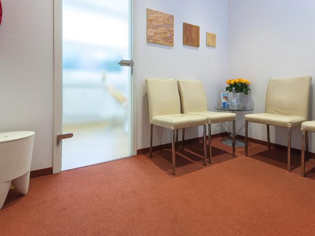 Wartezimmer der Zahnarztpraxis für Implantologie & Zahnersatz in Münster